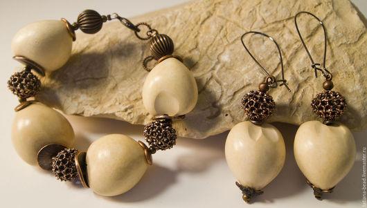 Орехи кукуи и индийские металлические узорные бусины