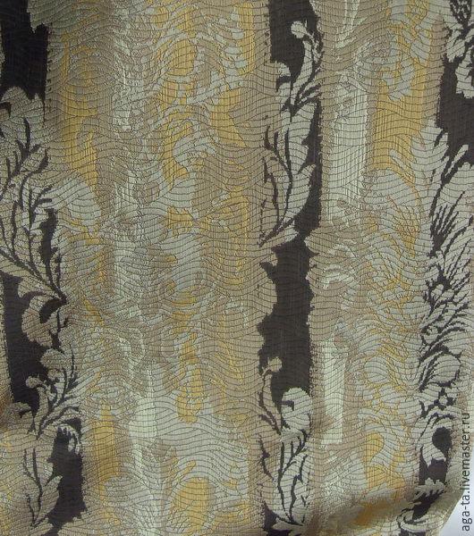 Ткань имеет сложную текстуру, рисунок  `дамаски` и ярко выраженную полоску.