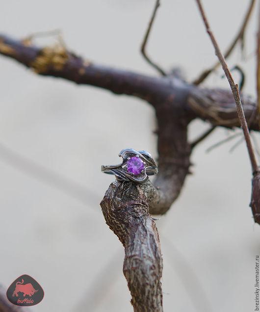 У нас в наличии шикарное кольцо с искусственным александритом, покрытое черным родием!
