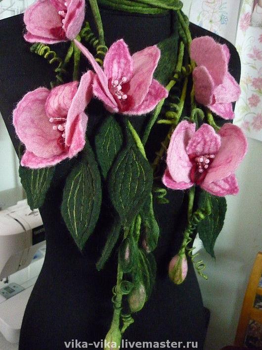 На этом фото предоставлены две ветки орхидей. Цена на витрине за одно ожерелье.