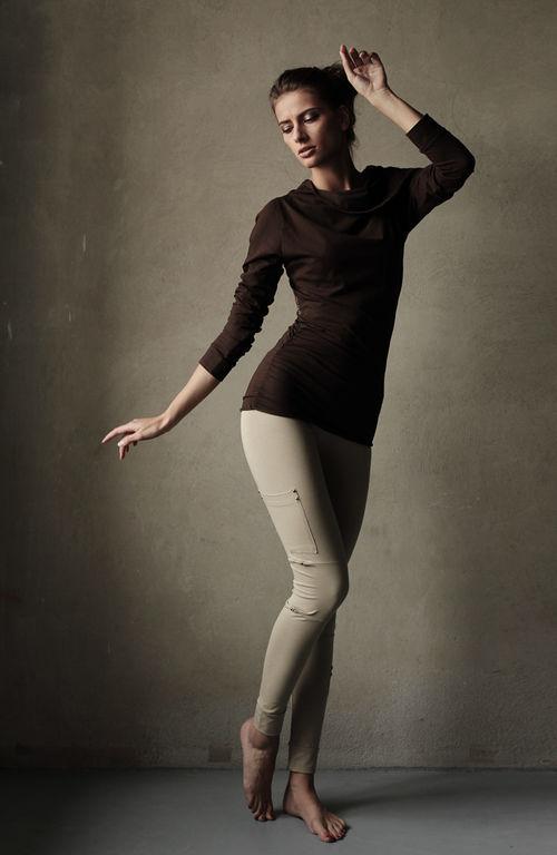 Наличие лайкры в составе материала обеспечит долгое ношение и формоустойчивость в зоне коленной чаши. Эластичный пояс на резинке, манжета плотно прилегает к ноге.