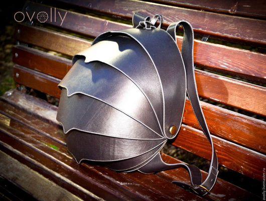 Рюкзак `ЖУК` XL ручной работы, сделан из натуральной кожи. Цвет панцирного каркаса – серый (металик), цвет срезов – серый, цвет декоративной строчки - серый. OVOLLY (ovoly)