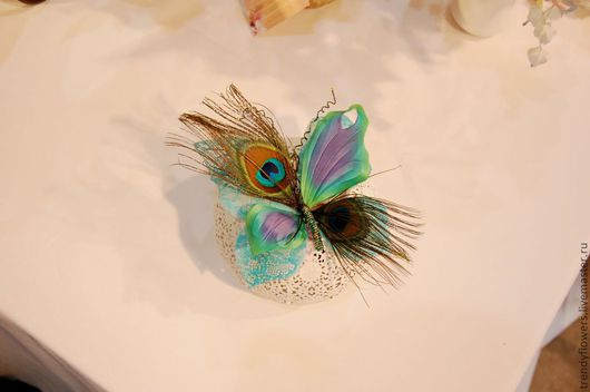 Бабочка из шелка с павлиньими перьями. Заколка, брошь. Цветы из шелка