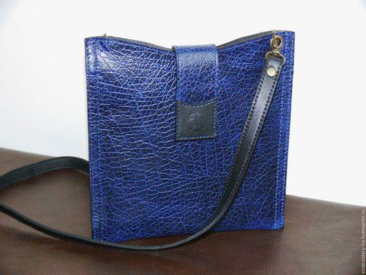 Кожаная сумочка на длинном ремешке. Цвет синий винтаж. Ручная работа.