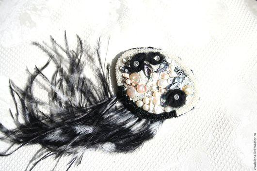 """Броши ручной работы. Ярмарка Мастеров - ручная работа. Купить Оригинальная брошь ручной работы с жемчугом и перьями """"Черное и белое"""". Handmade."""