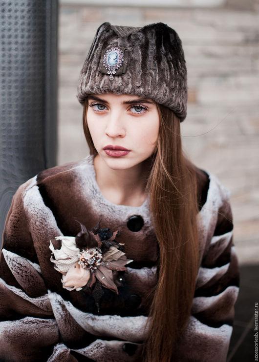 Шапка `Пилотка` из меха каракульчи Svakara с замшей на донышке и украшением в виде броши. Возможны вариации с цветом и материалами.