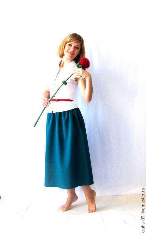 Цвет юбки гораздо ярче, более изумрудная