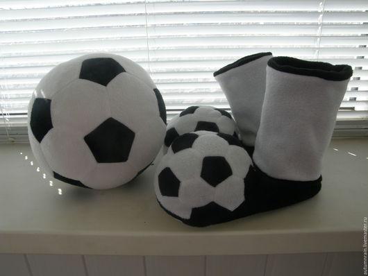 Обувь ручной работы. Ярмарка Мастеров - ручная работа. Купить Футбольные флисовые тапочки. Handmade. Тапочки ручной работы, мячик