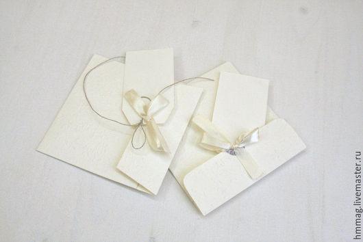 Конвертики для дисков ручной работы. Выполнены в молочных тонах из дизайнерского картона с тиснением. В цвет к конвертикам сделаны теги для штампов фотографа. Украшены конверты атласной лентой в цвету