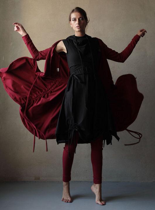 Двубортная накидка с кулисами по бокам- хорошее дополнение любому наряду. Благодаря универсальной длине по колено, ее можно носить как с платьями, так и с леггинсами, застёгнутой или нараспашку.