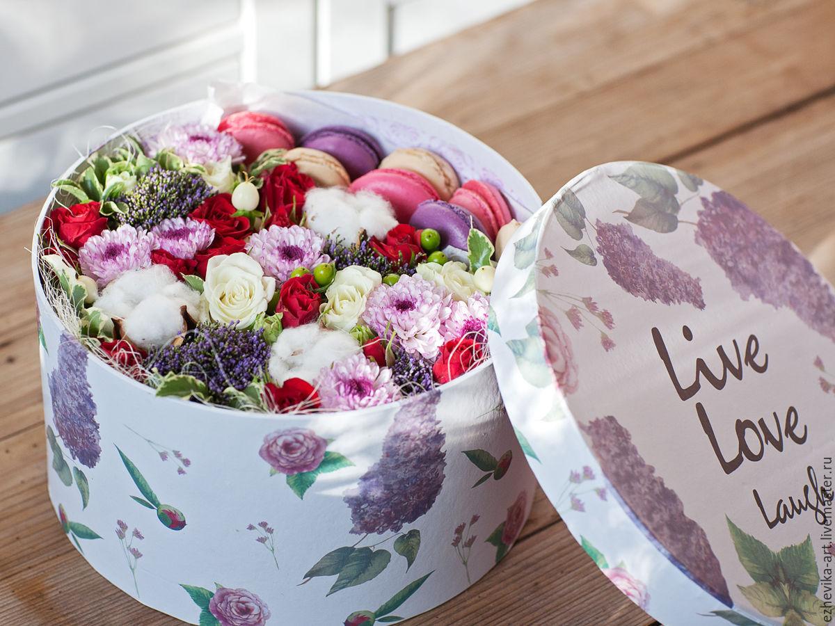 Фото коробки с цветами и макарони