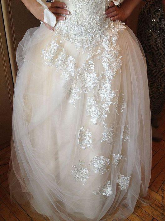 Многослойная фатиновая юбка. Основной цвет -персиковый, с верхним слоем молочного фатина. Расшито кружевными цветами.