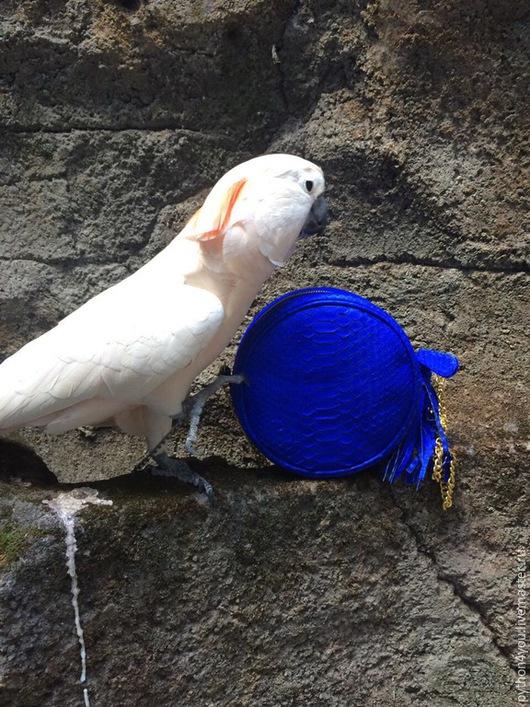 Необычная модная круглая сумка с кисточкой из натуральной кожи питона. Золотая фурнитура. Ручная работа. Производитель: Индонезия, Бали.