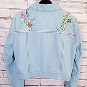 """Женская джинсовая куртка с ручной """"коктейльной"""" вышивкой"""