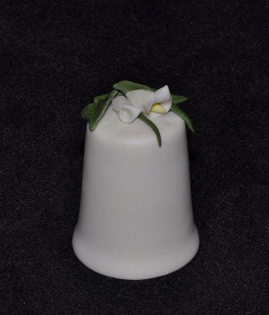 Сувенирный фарфоровый наперсток с букетиком кал