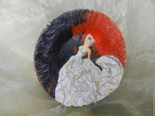 Тарелка декоративная `Прекрасная девушка`, декупаж