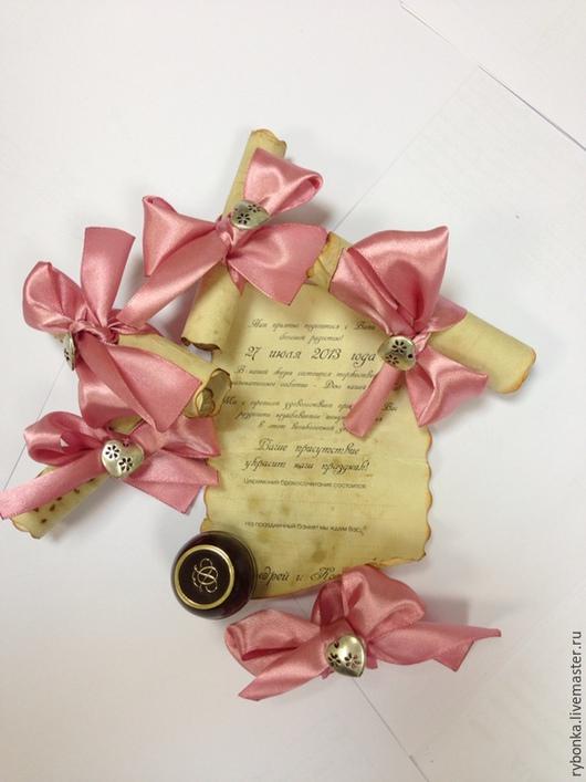Приглашения-свитки на состаренной бумаге с атласной лентой и декоративным элементом