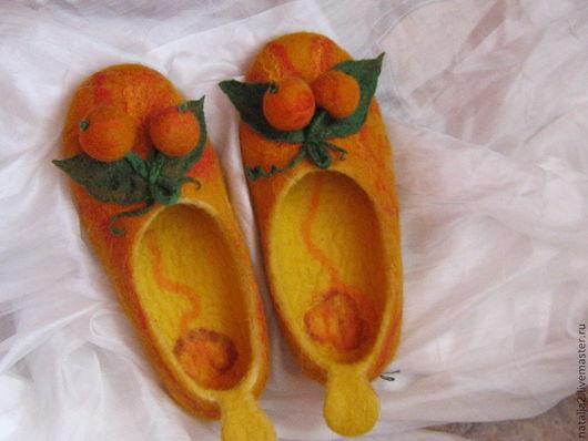 Яркие, сочные тона желто- оранжевого цвета создадут атмосферу праздника, а тапочки подарят комфорт и уют Вашим ногам.
