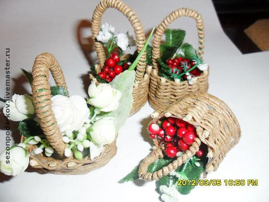 миниатюрная корзинка из бумажного шпагата с красными ягодками или цветами. Используется как сувенир или аксессуар для интерьерных кукол