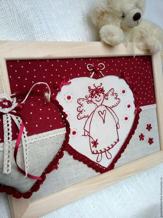 Забавное панно с вышивкой из ткани. Для детской спальни, игровой комнаты. Купить панно в Москве. Подарок для ребёнка, для девочки любого возраста. Ангел-подарок на крестины. Бордовый- цвет торжества.