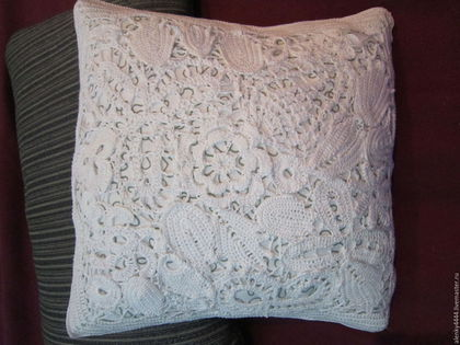 Чехол на декоративную подушку на молнии, что удобно для стирки. Одна сторона чехла выполнена в технике ирландского кружева, вторая вязаное крючком полотно. Цвет белый с серебристым подойдет под любой