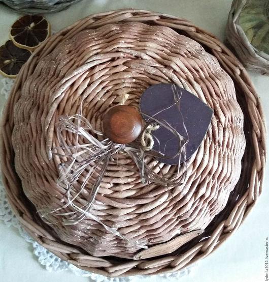 Хлебница плетенная из бумажной лозы, вид сверху, украшена декоративным деревянным сердечком, слегка состарена набрызгом.