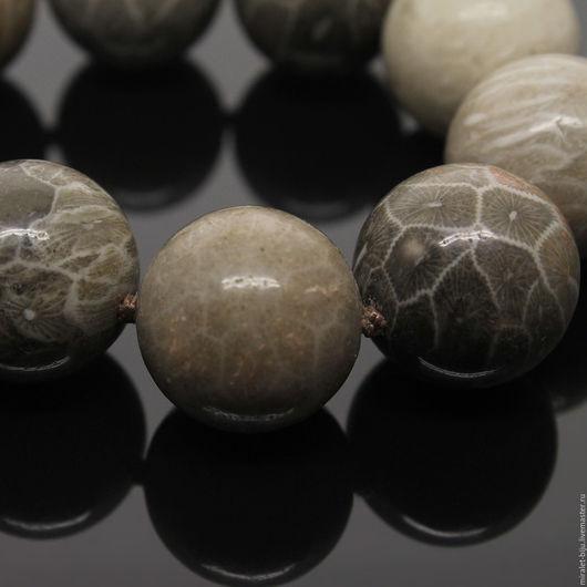 Необычные бусы, колье из серого коралла. Редкие бусы в подарок женщине. Серый коралл бусы. Фото на черном фоне.