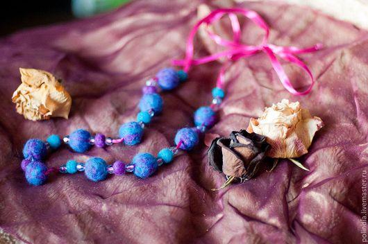 """Колье, бусы ручной работы. Ярмарка Мастеров - ручная работа. Купить Бусы из войлока """"Лилово-голубые"""". Handmade. Синий"""
