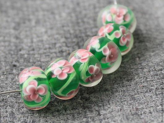 Бусины лэмпворк стеклянные   цвет - зеленый, внутри распустился цветок Бусины лэмпворк стеклянные   цвет - зеленый, внутри распустился цветок Бусины стеклянные ручной работы, выполненные  в технике