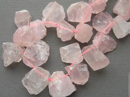 Бусины необработанного розового кварца.