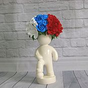 Футболист подарок к чемпионату по футболу с букетом из цветов