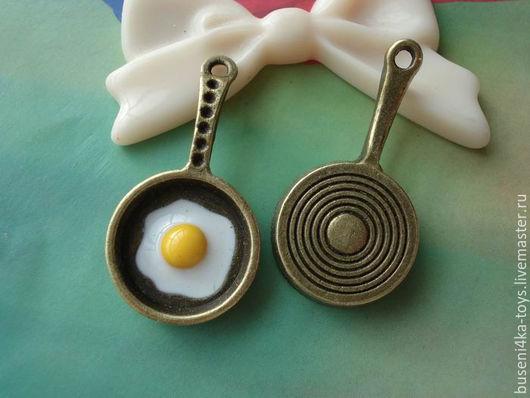 Куклы и игрушки ручной работы. Ярмарка Мастеров - ручная работа. Купить Подвеска Глазунья 3D, античная бронза с эмалью (1шт). Handmade.