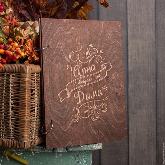 Роскошная гостевая книга Каллиграфия изготавливается под заказ, с конкретными инициалами будущих молодоженов и датой их свадьбы.