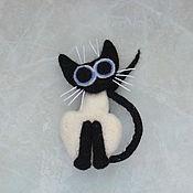 Брошь-булавка ручной работы. Ярмарка Мастеров - ручная работа Валяная брошь Сиамский кот черно-белый, брошь ручной работы. Handmade.