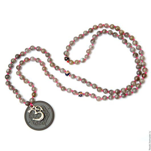 Бусы мала можно носить как украшение на шее в один ряд, либо в два ряда (в этом случае кулон будит по солнечное сплетение). Так же бусы можно наматывать как браслет.