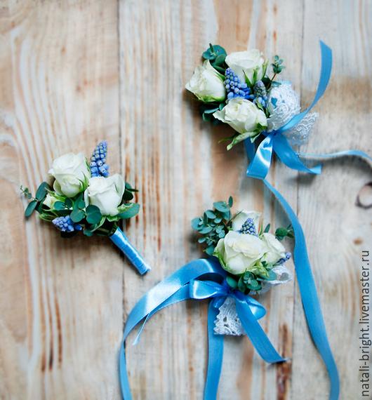 Свадебные браслеты и бутоньерка из живых цветов