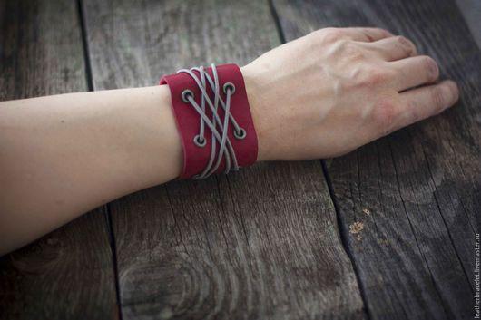 Браслеты ручной работы. Ярмарка Мастеров - ручная работа. Купить Красный кожаный браслет со шнуровкой. Handmade. Красный цвет
