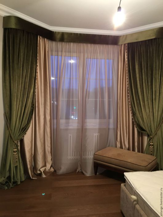 Комплект выполнен из зеленого бархата в пол, портьеры задрапированы декоративными кистями-подхватами. В сочетании с атласным хлопком на подкладке блэкаут. Дополнен легким тюлем  из натуральных волокон