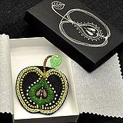 Украшения ручной работы. Ярмарка Мастеров - ручная работа Черная льняная брошь с ручной вышивкой Зелёное яблоко. Handmade.