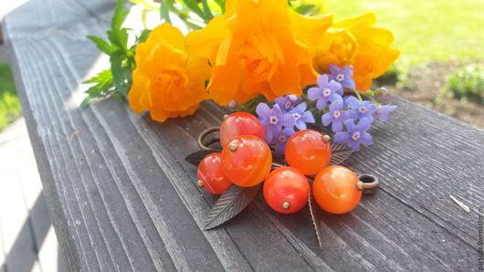 `Облепиха` брошь из натуральных камней, тонированные агаты, ягодная брошь