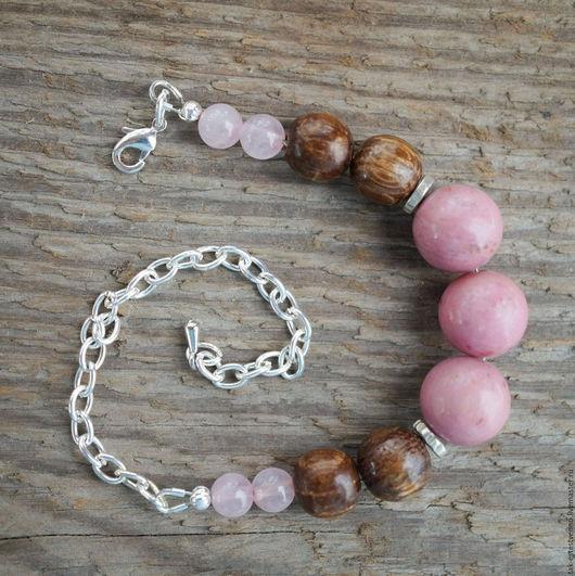 Браслет из натуральных камней (родонит и розовый кварц) и дерева (дуб) с посеребренными бусинами розовый с коричневым.