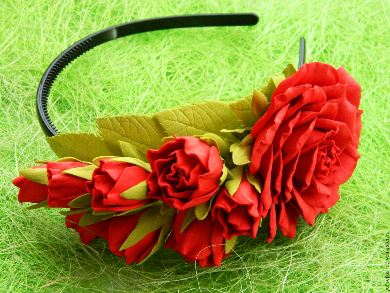 Красный ободок из цветов фото