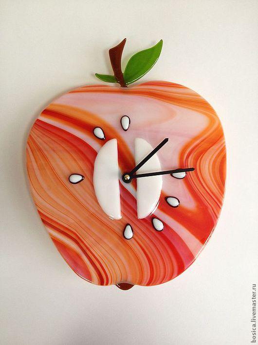 """Часы для дома ручной работы. Ярмарка Мастеров - ручная работа. Купить Часы """"Яблочко""""  фьюзинг. Handmade. Ярко-зелёный, яблоки"""