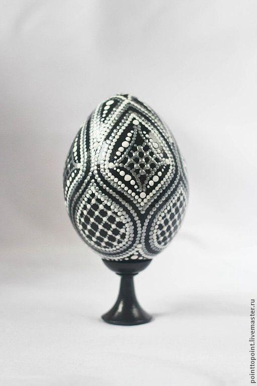 Яйца пасхальное на подставке выполненное в технике точечная роспись