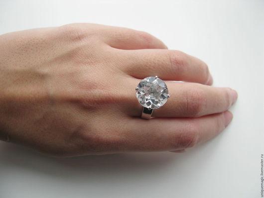 Очень красивое. стильное кольцо с чистейшим кварцем и белым топазом-акцент!