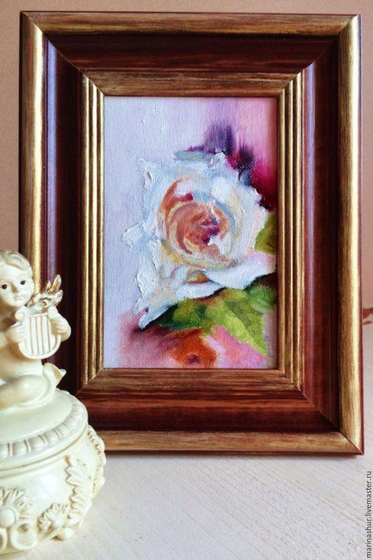 Картина маслом миниатюра с розами, в деревянной раме. В классическом стиле.