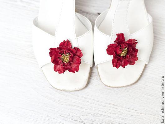 Украшения для ножек ручной работы. Ярмарка Мастеров - ручная работа. Купить Клипсы для обуви с красными цветами из кожи.  Клипсы для туфель. Handmade.