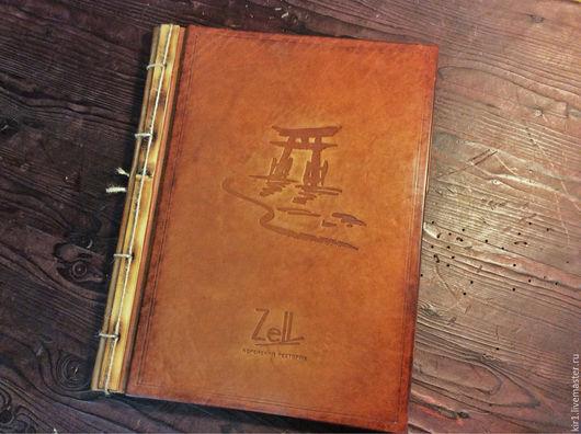 Обложка этой папки для меню украшена тиснением в восточном стиле и натуральным, слегка обожженным  бамбуком.