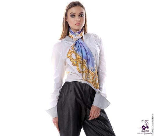 Дизайнер Анна Сердюкова (Дом Моды SEANNA).  Платок из шелка с авторским принтом `Бриллианты в широких цепях`. Размер платка - 65х65 см.  Цена - 2400 руб.