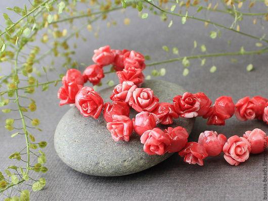 Бусины Розочка из полимера имитирующего натуральный коралл красного с белым цвета для сборки украшений диаметром около 10 мм
